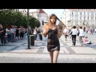 Бесстыжая молодая девушка трясёт своими сиськами на улице